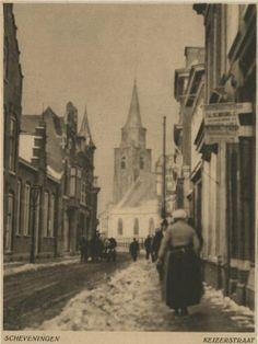 Keizerstraat in de sneeuw; op de achtergrond de witgepleisterde Oude Kerk. ca 1930 H. Berssenbrugge #ZuidHolland #Scheveningen