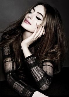 Anne Hathaway (Anne Jacqueline Hathaway) (born in New York City, New York (USA) on November Anne Jacqueline Hathaway, Pretty People, Beautiful People, Beautiful Women, Lingerie Look, Perfect Cat Eye, Perfect Eyeliner, Perfect Makeup, Eye Liner Tricks