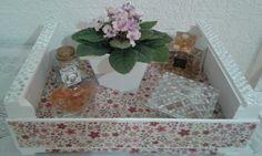 Caixote de frutas customizado com tecido floral e fita espelhada nas alças coladas aleatoriamente.