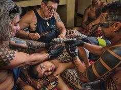 """Keone Nunes tetuje Napu Hamasakiho starobylou metodou klepání naostrý hřebínek namočený vinkoustu. Toto umění bylo naHavaji víc než sto let zapomenuté. """"Naučil mě to jeden Samoan,"""" říká Nunes, """"nejlepší tradiční tatér své doby."""""""