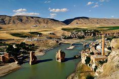 Hasankeyf, insanlığın en eski yerleşim yerlerinden biri olan Mezapotamya bölgesinde yer almaktadır.