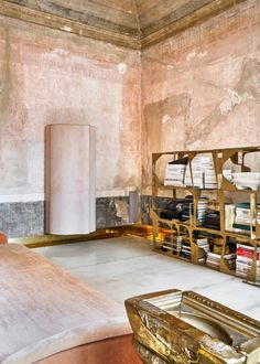 An eighteenth-century palazzo in which the sculptural furniture that Vincenzo de Cotiis designs reign by itself. Italian Interior Design, Home Interior, Contemporary Design, Modern Design, Vincenzo De Cotiis, Milan Design, Architect House, Interiores Design, Entryway Decor