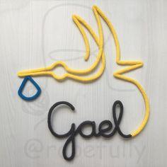 #babyboy Gael 👶 Já chegando no maior estilo em sua cegonha minimalista. ✨ Para modelos exclusivos de projetos personalizados, envie e-mail… Wire Crafts, Diy And Crafts, Notebook Art, Name Banners, Wire Art, Diy Crochet, String Art, Tricks, Crochet Projects