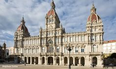 El Palacio Municipal de A Coruña, que alberga también la Plaza de María Pita, es un edificio modernista construido entre los años 1.908 y 1.912, inaugurado por el Rey Alfonso XIII en el año 1.927. El edificio se ha convertido en visita obligada en la ciudad. www.turismocoruna.com