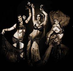 The Indigo fue fundada en el 2003 por Rachel Brice, una de las bailarinas que más han contribuido a popularizar la Danza Tribal Fusión