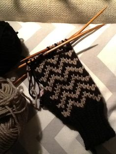 Sik-sak -lapaset Fingerless Gloves, Arm Warmers, Knitting, Fingerless Mitts, Cuffs, Tricot, Fingerless Mittens, Cast On Knitting, Stricken