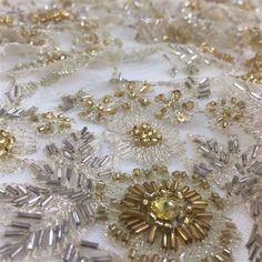 2665fd352 Tecido renda bordada dourada Renda Bordada Com Pedrarias, Rendas Douradas, Maximus  Tecidos, Lojas