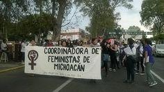 Unas 100 personas, entre grupos feministas, trabajadoras sexuales y personas que se sumaron por su cuenta, se movilizan desde el Obelisco al General Lázaro Cárdenas hacia Palacio de Gobierno – ...