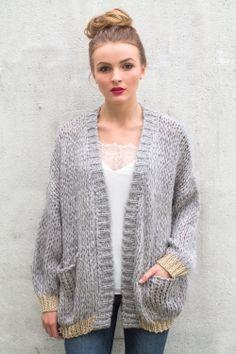 Gilet doudou composition laine Matière douce et agréable à porter Coupe loose et mi-long Bord des manches et du bas en lurex Deux poches sur le devant