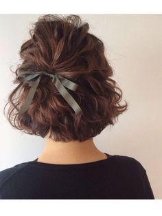 パーマのカールを生かしたハーフアップです。毛束感を意識しながらふんわりまとめるのがポイントです。ストレートヘアの方は、事前にカーラーで巻いてからアレンジしてくださいね。