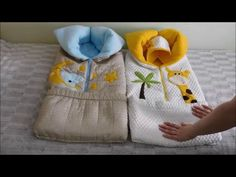 Конверт трансформер своими руками / transformed into a baby blanket – Bebekler hakkında herşey Quilt Baby, Pinterest Baby, New Baby Crafts, Toddler Sleeping Bag, Baby Nap Mats, Patchwork Quilt, Sewing Machine Quilting, Doll Carrier, Baby Sewing Projects