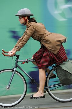 People on Bikes - Manhattan Bridge-16 by BikePortland.org - cute cute Atenti a los voladitos de la falda...