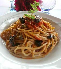 Gli spaghetti con sugo alla siciliana sono gustosi,corposi e molto facili e veloci da preparare.Le olive i capperi e il sugo al pomodoro sono irresistibili.