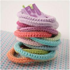 bracelets Translation : first row - chain stitch Next 4 rows - single crochet Love Crochet, Crochet Gifts, Diy Crochet, Single Crochet, Yarn Projects, Crochet Projects, Crochet Bracelet, Bijoux Diy, Crochet Accessories
