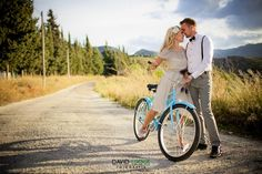 Novios en bicicleta {Foto, David Luque} #weddingideas #weddinginspiration #ideasparabodas #tendenciasdebodas