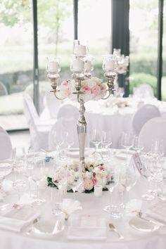 Hochzeits-Tischdeko mit großem silbernen Kerzenständer und ...