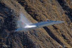 McDonnell Douglas - Boeing F-A-18C Hornet: http://tazintosh.com #FocusedOn #Photo #Axalp #Canon EF 100-400mm f/4.5-5.6L IS USM #Canon EOS 5D Mark II #Cockpit #Condensation #Cône de mach #Cône de choc #Mach cone #Gouvernail #Rudder #Gouverne de profondeur #Elevator #McDonnell Douglas - Boeing F/A-18C Hornet #Montagne #Moutain #Moteur #Engine #Mur du son #Sound barrier #Ondes de chaleur #Heat waves #Rocher #Rock #Vapeur #Vapor