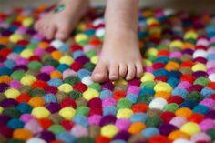 """""""Wir waren ein wenig skeptisch ob das Kinderzimmer auch der richtige Platz für so ein Teppich sein würde bzw. wie lange die bunten Filzkugeln durch den alltäglichen Wahnsinn einer Großfamilie standhalten würde. [...] Doch ich muss zu meinem erstaunen feststellen das all das dem Teppich nichts anhaben kann und auch die Farben immer noch super schön leuchten."""" #Sukhi sorgt für #Qualitätsprodukte"""