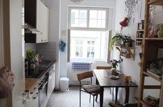 Gemütliche WG-Küche in STuttgart mit großem Fenster und Holztisch mit Stühlen.  Wohnen in Stuttgart.  #Stuttgart #Küche #kitchen
