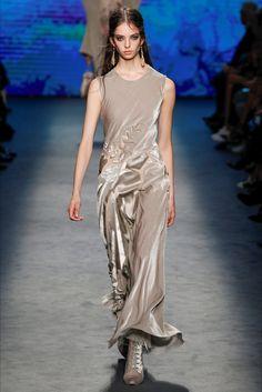 Guarda la sfilata di moda Alberta Ferretti a Milano e scopri la collezione di abiti e accessori per la stagione Collezioni Autunno Inverno 2016-17.