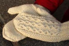 Ulla 01/12 - Ohjeet - Neidonkyynel Knit Mittens, Knitting Socks, Amazing Women, Needlework, Knit Crochet, Autumn Fashion, Gloves, Stitch, Pattern