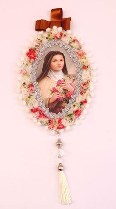 Santa Teresinha Catholic Crafts, Catholic Art, Religious Art, Victorian Christmas Ornaments, Christmas Crafts, Altar, Vintage Lace Crafts, Kitsch, Little Prayer