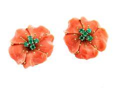 Durchmesser: ca. 3,5 cm. Gewicht: ca. 32,9 g. GG 750. Aparte große Ohrringe in Blütenform aus lachsfarbener geschnittener Koralle mit rund facettierten...