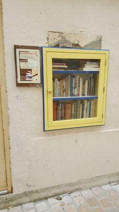 Jolie boîte encastrée dans un mur et dont le tour est peint en jaune et bleu. Elle est située sur la place centrale du village (près de  l'église et de la mairie) au tout début de la rue du marché (entre le 5 et 7)