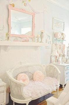les meubles gustaviens et la tapisserie kitch pour le salon contemporain