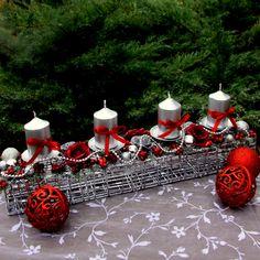 Adventní+svícen+se+stříbrnými+svíčkami+Adventnísvícen+se+stříbrnými+svíčkami,+dozdobenými+saténovou+stužkou+a+mašličkami,s+vínovými+a+stříbrnými+růžičkami+a+bobulemi,+vánočními+kouličkami+a+stříbrným+řetízkem+nadrátěné+štole.+Vánoční+dekorace+na+sváteční+stůl,+která+ani+lety+nezmění+vzhled+a+barvy.+Celkový+rozměr+dekorace+cca+v.+15+cm+x+d.... Table Decorations, Christmas Ornaments, Holiday Decor, Home Decor, Decoration Home, Room Decor, Christmas Jewelry, Christmas Decorations, Home Interior Design