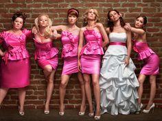 Entre na moda das madrinhas com vestidos parecidos