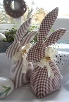 Easter bunnies - Easter bunny couple in country house style - a designer piece by Feiner . - Easter Bunnies – Easter bunny couple in country style – a unique product by Feinerlei on DaWand - Ostern Party, Diy Ostern, Happy Easter, Easter Bunny, Easter Eggs, Bunny Crafts, Easter Crafts, Fabric Toys, Fabric Crafts