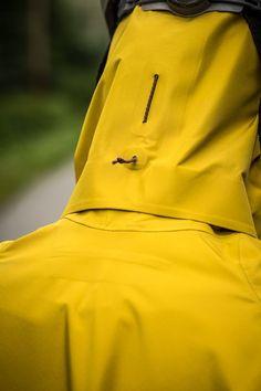 Back hood drawcord Sport Fashion, Mens Fashion, Fitness Fashion, Rain Gear, Fashion Details, Fashion Design, Outdoor Wear, Mellow Yellow, Sport Wear