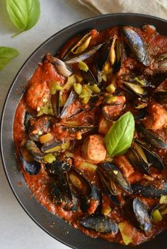 mussels & sausage in Italian tomato sauce - fish Veggie Recipes, Fish Recipes, Seafood Recipes, Healthy Recipes, Salmon Dishes, Fish Dishes, Mussels Recipe Tomato, Calories In Vegetables, Vegetarian Food