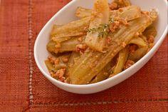I cardi in umido sono un secondo piatto gustosissimo a base di cardi che ben si sposano con il sapore della carne e della salsa di pomodoro.