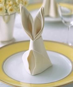 Bunny-Shaped Napkins You can make your table Easter-ready with supplies you already have on hand. Use your table linens and a few simple folds to create these bunny-shaped napkins. How to Make Bunny-Shaped Napkins Bunny Napkin Fold, Napkin Folding, Napkin Origami, Origami Paper, Easter Brunch, Easter Party, Sunday Brunch, Sunday Breakfast, Easter Gift