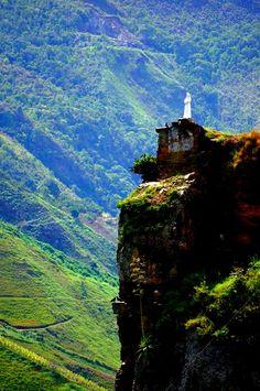 Ubicada en la confluencia de los Ríos Atabapo y Orinoco. ... es una piedra que se encuentra en el medio del río Orinoco, en ella posa la Virgen de Coromoto Venezuela