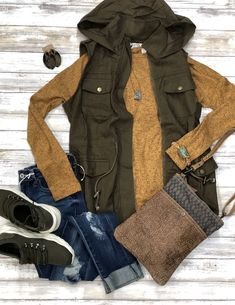 Fall Outfits Herbst / Winter Olive Cargo Weste You're Wearing Crocs? Crocs shoes are becoming more a Olive Green Vest Outfit, Olive Vest, Navy Vest Outfit, Cardigan Outfits, Cute Fall Outfits, Fall Winter Outfits, Casual Outfits, Look Fashion, Autumn Fashion