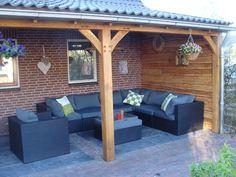 Tuingenot: Lariks houten veranda, overkapping met epdm, daksingels ... Love the blue!