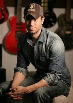 Enrique Iglesias soooooo hot!!!!!!!!! ;)