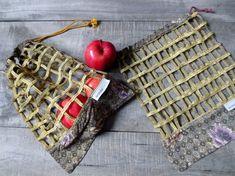 Sacs pour fruits et légumes, zéro déchet, sacs pour l'épicerie lavables - faits de tissus recyclés par JacquardVichy sur Etsy Straw Bag, Burlap, Creations, Reusable Tote Bags, Etsy, Scrap Fabric, Fabrics, Handmade, Eco Friendly Bags
