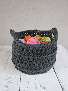 Pattern in Dutch, Basket in zpaghetti ribon Yarn. Use Google translate and you get a good approximation of the pattern in English.