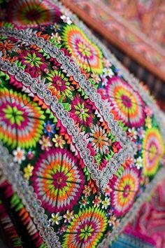 Broderies Hmong géométriques aux couleurs très vives avec appliqué de  galons et de fleurs de sequins. 7c18f214fc