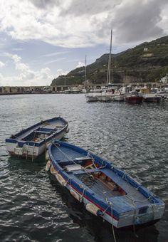 Piccole barche in rada a Cetara
