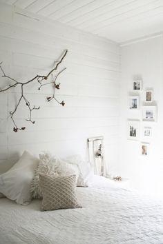 Verkoopstyling tip 4: Zorg dat er niet meer of minder spullen in je slaapkamer staan als in een (luxe) hotelkamer. Zo krijgt de kijker de indruk dat hij er zo kan gaan slapen. Wel foto's van vakantiebestemmingen, geen foto's van mensen.