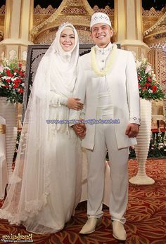 Baju Pengantin Muslimah Modern Terbaru 17 Malay Wedding Dress, Kebaya Wedding, Muslimah Wedding Dress, Muslim Wedding Dresses, Muslim Brides, Muslim Dress, White Wedding Dresses, Wedding Party Dresses, Bridal Hijab