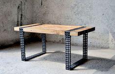 Супруги сделали интересный столик из старых сосновых досок и цепи от подъемного механизма, найденного на свалке стол, творчество, цепь, доска, длиннопост