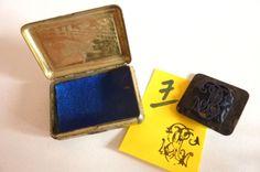 Réf 07-Tampon de lettre-Initiales ornées B-T  dans sa boîte métal 1940-1950