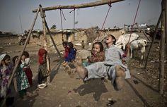 IlPost - Bambini rifugiati afghani a Islamabad, Pakistan, 31 ottobre 2013 (AP Photo/Muhammed Muheisen)