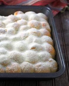 Milk and Sugar Mini Buns in a baking pan, dsted with a generous amount of milk powder and sugar. Bread Recipes, Baking Recipes, Dessert Recipes, Baking Pan, Desserts, Crepes, Milk And Sugar, Donuts, Milk Bun
